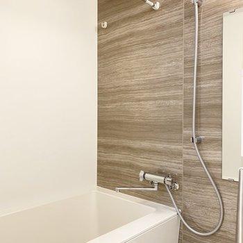 浴室乾燥機付。木調の壁が素敵。