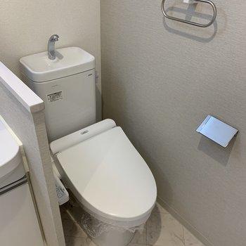 お隣にはトイレ。