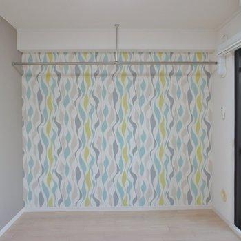 洋室は、見せるタイプのオープン収納