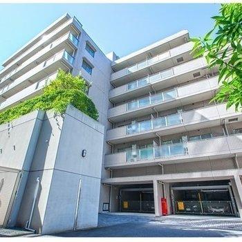 どっしりとした7階建てのマンションです