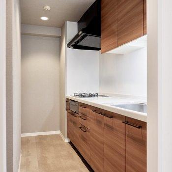 キッチンも木目調で大人のデザイン。※写真は前回募集時のもの