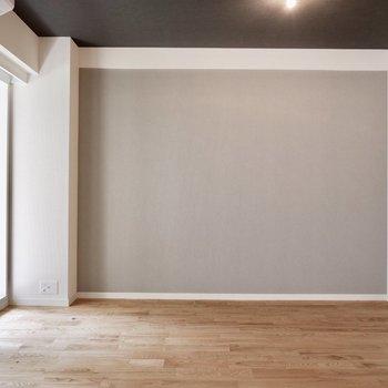 壁面のグレーと天井のグレーのコントラストが素敵です。※写真は前回募集時のもの