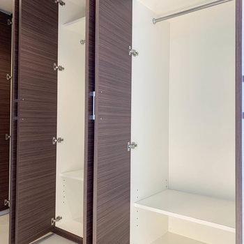 【802号室側の廊下】廊下を進み右側。3つのうち2つがクローゼットに。
