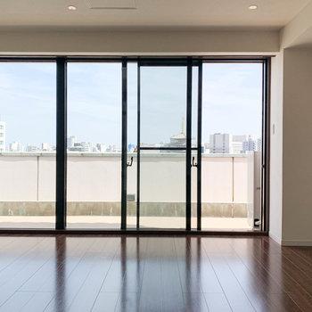 【洋室10.2帖】こちらも一面が大きな窓。気持ちがいいのです。