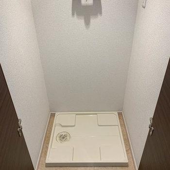 2つ目の玄関横、扉を開けると洗濯機置き場があります。