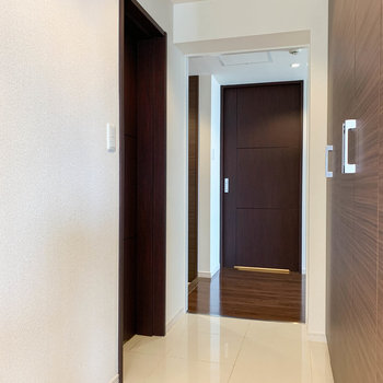 【802号室側の廊下】収納の向かいには、1つ目のトイレがあります。