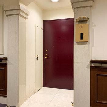 No.801の玄関。こちらはブラウンの玄関に繋がります。