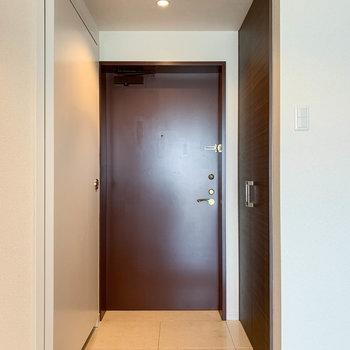 【801号室側の廊下】こちらには2つめの玄関があります。