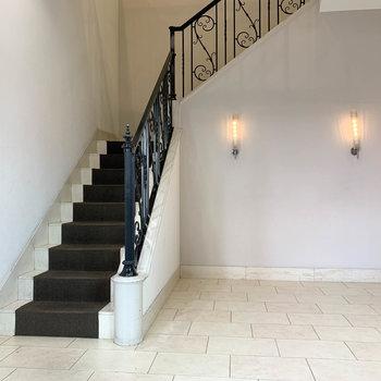 階段を降りて、1階のエントランスへ。