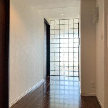 【801号室側の廊下】玄関側から見ると。ここにもガラスブロックを採用。光が綺麗です。