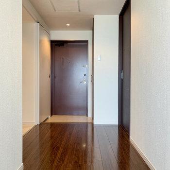 【801号室側の廊下】さらに進むと、もう1つの玄関と廊下です。