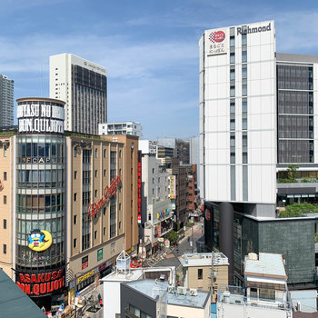 【バルコニー・洋室13.2帖前】からの眺望。多数の商業施設が見えます。