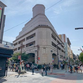 浅草六区通り沿い、存在感のあるビンテージマンションです。