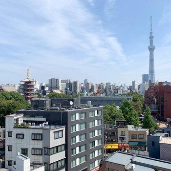 【バルコニー・リビング前】からの眺望。スカイツリーと浅草寺五重の塔が見えます。
