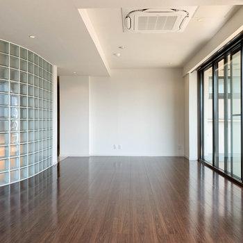 【リビング】エアコンは天井に埋め込み式。ガラスブロックがまた、良い味を出しています。