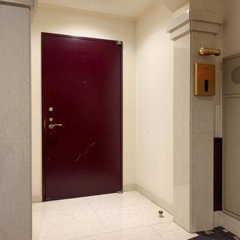 No.802の玄関。リビング側の白いタイルの玄関へ繋がります。