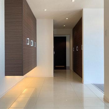 【802号室側の廊下】玄関側から見ると。廊下には収納棚が沢山付いています。
