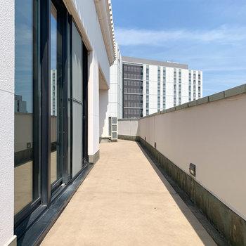 【バルコニー・リビング前】バルコニーは全ての部屋沿いに、長く広がります。まずはリビング側から。