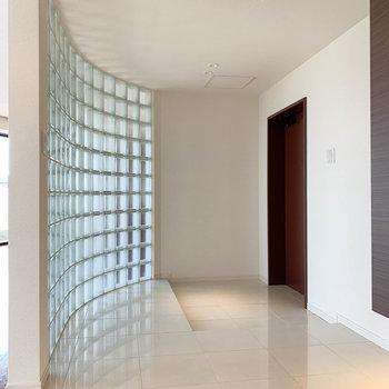 【802号室側の廊下】リビングからガラスブロックの方を進むと。1つ目の玄関部分です。