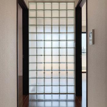 【801号室側の廊下】廊下を進むと左右に洋室。まずは右の洋室から。