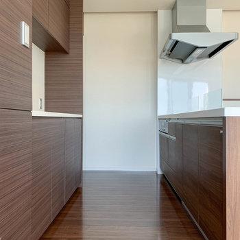 【リビング】キッチンスペースも広めの作りです。