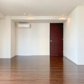 【洋室13.2帖】納戸側から見ると。モダンな雰囲気が落ち着きます。