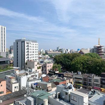 【バルコニー・洋室10.2帖前】からの眺望です。浅草の街並みが一望できます。
