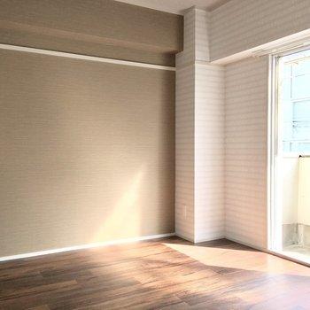 洋室にも南向きの光が注ぎます。