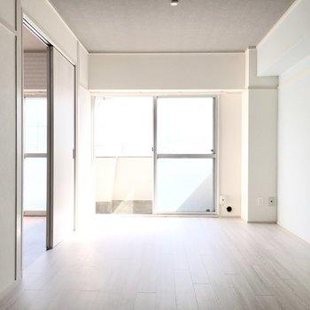白ベースの明るい空間。