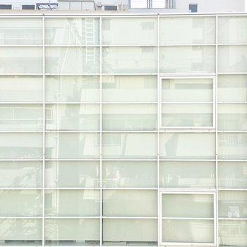 向かいはガラス張りのオフィスビル。