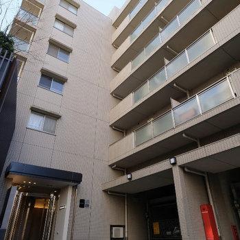 エントランスもリニューアル◎どっしりとした7階建てのマンションです
