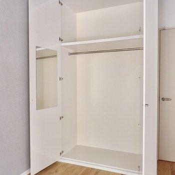 居室の収納には鏡が!