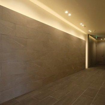 エレベーターまでの廊下も広く間接照明が印象的!
