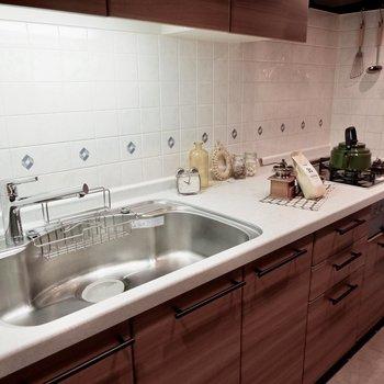 キッチンはガスコンロ3口、調理スペースも広々です。