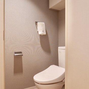 トイレもグレーのクロスで落ち着いた雰囲気です。