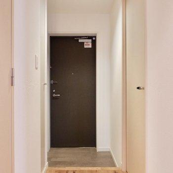 玄関へ参りましょう。