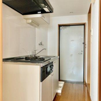冷蔵庫はキッチン左横にどうぞ。