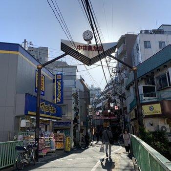 駅前の商店街も賑わっていました。