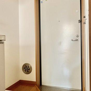 洗濯機置き場は玄関横に。※写真は通電前のものです