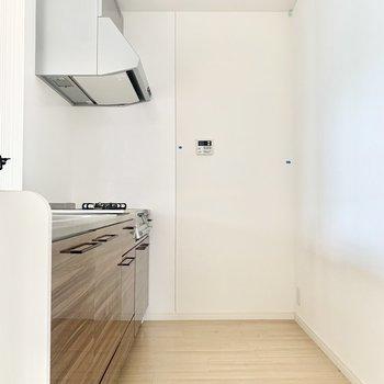 奥に冷蔵庫おけます。(※写真は2階の同間取り別部屋のものです)