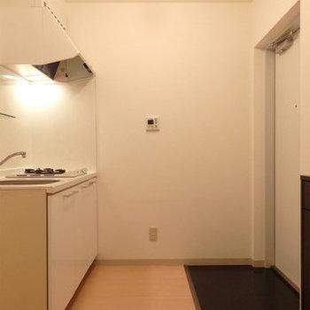 玄関入ってすぐにあるキッチン。ちょっと不思議(※写真は2階の同間取り別部屋のものです)