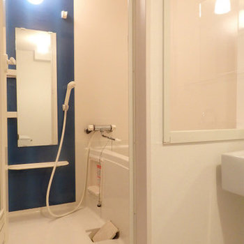 ガラス張りの浴室がまたクール(※写真は2階の同間取り別部屋のものです)