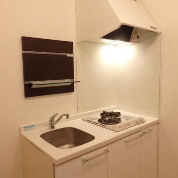 キッチンは2口で充実(※写真は2階の同間取り別部屋のものです)