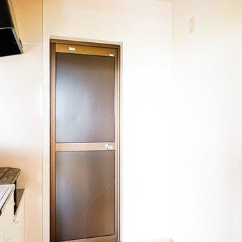 冷蔵庫は後ろに設置できます。扉の先は給湯室。