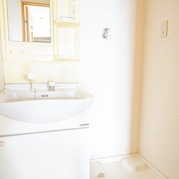 脱衣所に洗面台と洗濯機置場がしっかりあります。