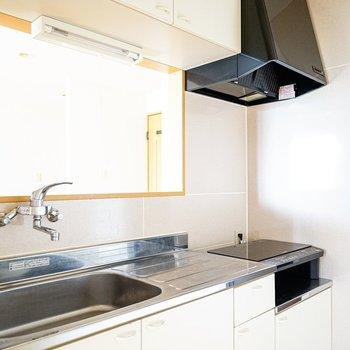 キッチンはシンプルですが、それで十分。