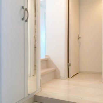 もう1段下がって玄関まわりへ。奥に脱衣所があります。(※写真は清掃前のものです)