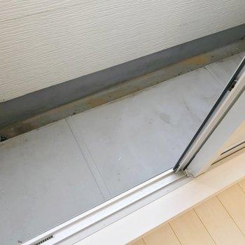 コンパクトなバルコニー。お部屋の中から洗濯物が干せそうです。(※写真は清掃前のものです)