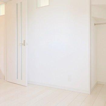 反対側にも小さな収納があります。階段をのぼって向かいにトイレです。(※写真は清掃前のものです)