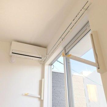 窓には物干しツール付き。雨の日も安心ですね。(※写真は清掃前のものです)
